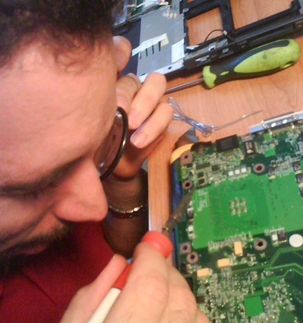 Uno de nuestros miembros arreglando un portátil